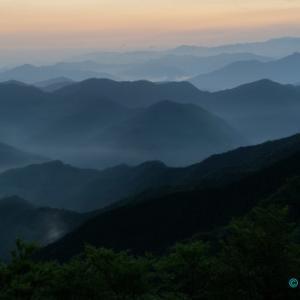 朝靄の夜明け
