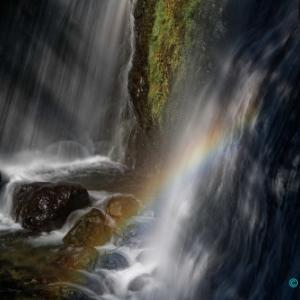 虹が輝く滝