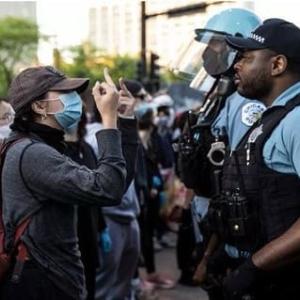 人種差別反対のデモに参加する人が黒人警官^に差別している図・・・なんじゃこれww