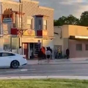 米国黒人暴動がカオス・・・高齢者の店主が店を守ろうとして殴られる