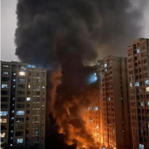 さすが元祖!・・・中国、EV駐車場のEV300台が一気に爆発炎上「消防隊も来たがEVバッテリーは破裂を続け全焼した」