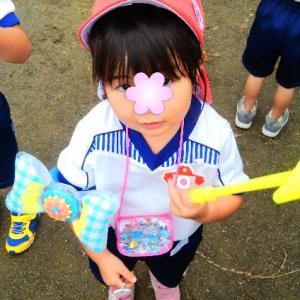小雨の中、幼稚園の夏祭り