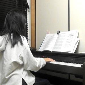 【動画あり】メロディと伴奏、片手で弾きます