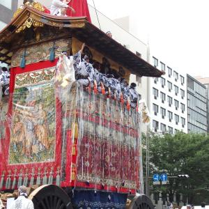 【京都】重要文化財に指定される見送りをまとった鶏鉾【祇園祭】