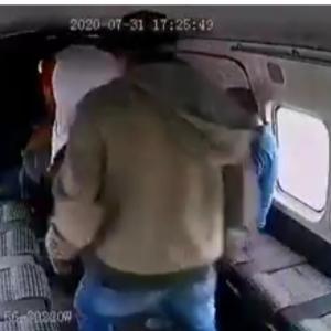 【話題】男が強盗に入ったバスで袋叩きに