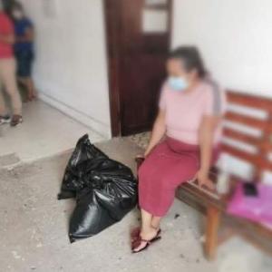 被害者の遺体をゴミ袋に入れて渡すメキシコの検察庁
