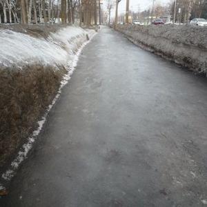 歩道はスケートリンク