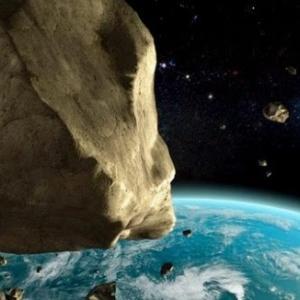 直径130mの小惑星が地球の近くを通過、衝突すれば原爆の30倍の衝撃【和訳付き】