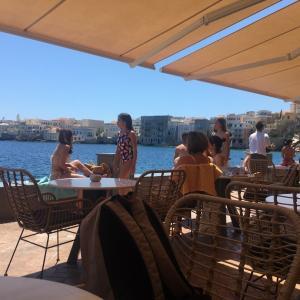 ギリシャ・シロス島。ビーチカフェバーで夏を感じてきました!