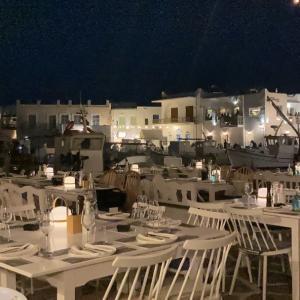 ギリシャ、パロス島。夜の街歩き