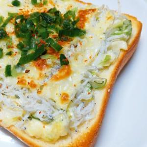 「ネギとしらすのチーズトースト」とバナナジュースと鉾八のひとくちかまぼこ