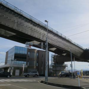 巨大な新幹線高架の橋桁