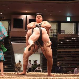 【悲報】大相撲に怪物が出現 白鵬・鶴竜が逃亡して欠場