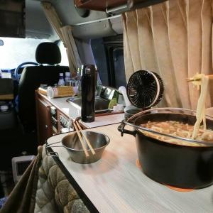 外は氷柱!でもキャンピングカーは暖か。残り物鍋うどん