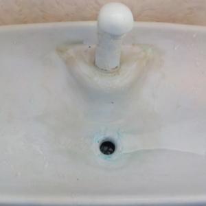 石灰化した水アカ汚れの除去(トイレの手洗い器)