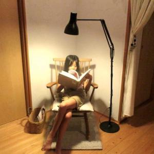小さなラグと ロッキングチェアで、秋の読書コーナーをつくる