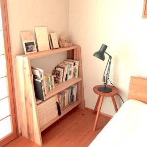 寝室の 小さな本棚と、秋空の散歩道