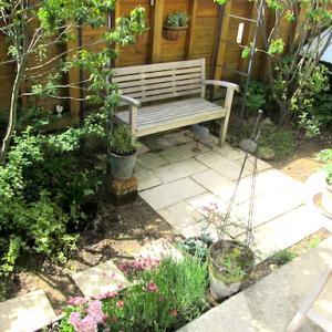 雨上がりの朝の庭と、今日の服