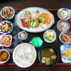 函館市赤川町 全17品目の定食!赤川通り沿い「レストラン&カフェ 門」