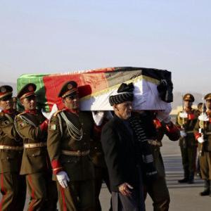 【中村さん銃撃事件】中村さんの遺体、アフガンから帰国の途に…大統領もひつぎ担ぐ
