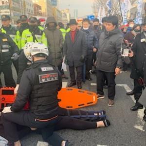 【テロ】韓国野党の集会に自動車が突っ込む 7人負傷