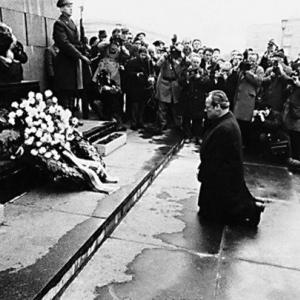 【安倍首相/土下座像】韓国贖罪像の彫刻家「ユダヤ人の前にひざまずいた西ドイツ首相にインスピレーション」