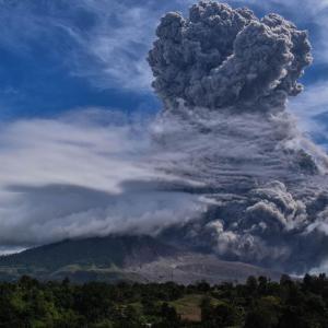 インドネシアのシナブン山が噴火、噴煙5000メートルに