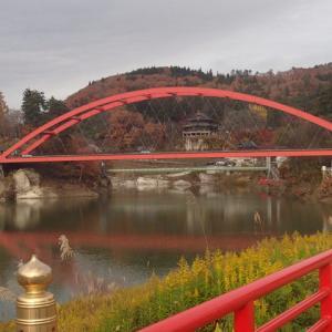 赤い橋の上を