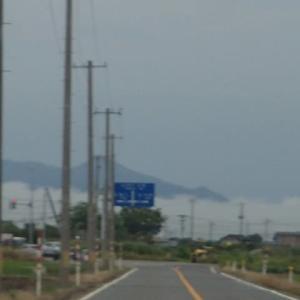 前方に地を這う雲