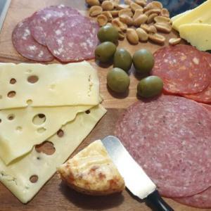 パーティやおもてなしに最適なチーズやサラミなどの盛り合わせ