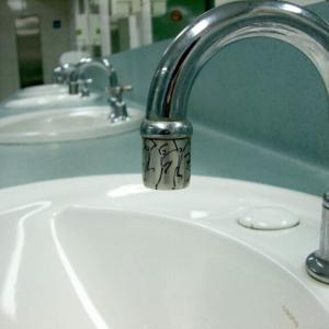 キッチンの流し下にある給水管が破裂⁉︎ 応急処置出来なくて一瞬詰みました