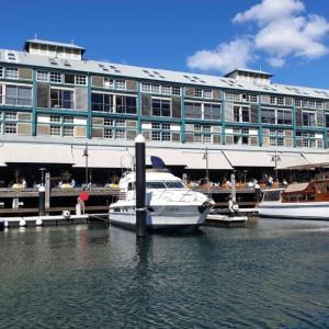 ウルムルーの歴史ある洗練されたフィンガーワーフ (Finger Wharf) の建物