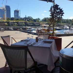 ウルムルーにあるウォーターフロントのレストラン『マンタ (Manta)』で優雅なひと時を