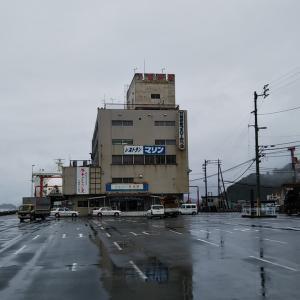 梅雨の八幡浜魚市場前