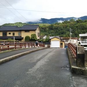 和霊東町の新和霊公民館と旧木造校舎