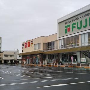秋雨の宇和島駅前通り