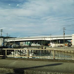 秋晴れの保田橋と来村川