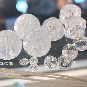 こんな素敵な水晶のパワーストーンブレスレットはいかがでしょう♪薔薇と雫と雪ですよ②