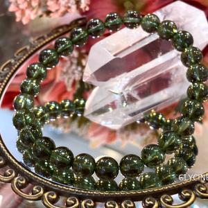 美しや~♪緑色の天然石モルダバイトです。新しいモルダバイトもやっぱり美しや~②
