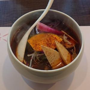 【四川菜麺 紅麹屋】花椒中心に香辛料が効いた絶妙なスープ!彩り鮮やかな野菜も豪華な麻辣湯麺で一人ラーメン