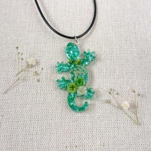 お花とトカゲのネックレス