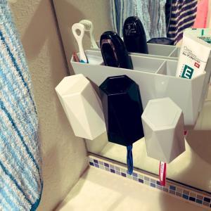 洗面所の歯ブラシとコップを鏡につけちゃう!