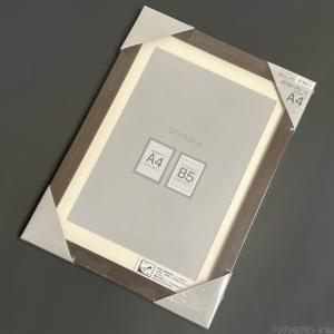 ニトリの『A4サイズポスターフレーム マット付N3(ダークブラウン)』が木目調のデザインでオシャレ!
