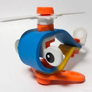 ダイソーの『組み立てヘリコプター』は羽のローターが回転して面白い!