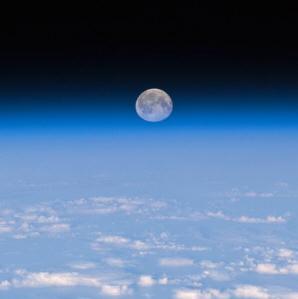 月が離れて行く理由 (更新)