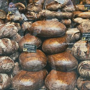 ラクビーボールみたいなパン発見!