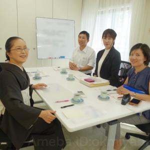 スーツ着物で研究打ち合わせ会議!黒のパンツスーツに白インナー/黒の着物に白帯で