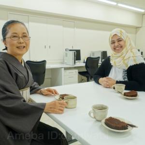 イエメンの学生が手作りケーキを持参!平安神宮でお守りを:淡鼠畳縞紬単衣に大縦縞帯