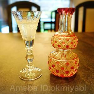 李朝の青磁色の紗袷せを着て、ピンクの江戸切子の器で冷酒と懐石料理を!