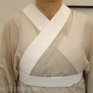 着崩れ防止の衿あわせ、雅の方法?墨紫茶の夏単衣にベージュ波織の帯締めて